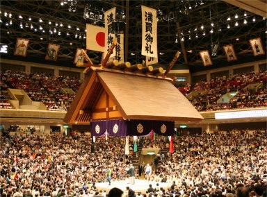 両国国技館の吊り屋根と土俵Ryogoku_Kokugikan_Tsuriyane_05212006.jpg
