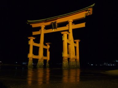 Itsukushima_Shrine_Torii_at_night.jpg