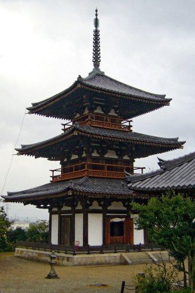 三重塔(国宝)Hokiji03ds1536.jpg
