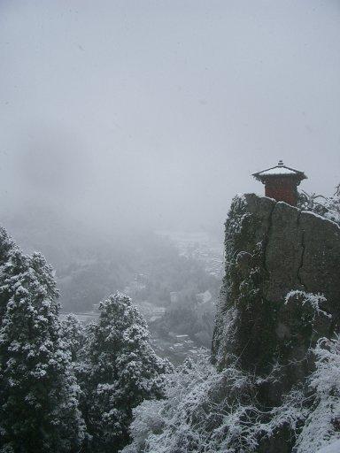 初冬の立石寺納経堂:Wikipediaからの抜粋.jpg