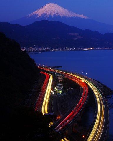 峠よりみた富士と日本の大動脈の夕景.jpg